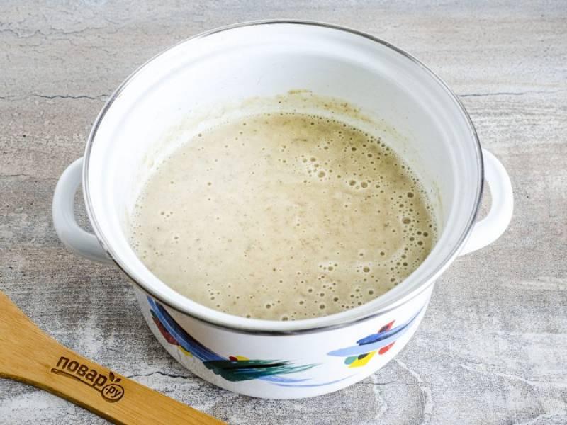 Также добавьте сметану, пюрируйте всю массу и постепенно вливайте картофельно-грибной отвар. Влейте такое количество отвара, какого вам будет достаточно по густоте супа. При необходимости ещё немного посолите. Нагрейте до кипения, затем убавьте огонь и прокипятите буквально 1-2 минуты. Суп готов!