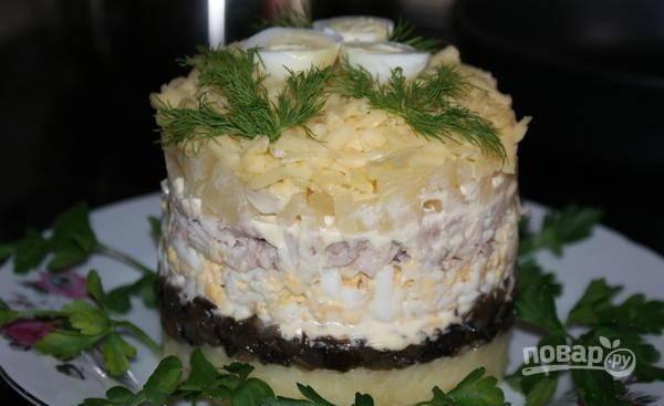 Потом выложите слой нарезанных ананасов, а сверху добавьте сыр. Снимите салатное кольцо. Блюдо готово! Приятного аппетита!
