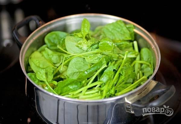 3. Добавьте вымытый и обсушенный шпинат. Время от времени помешивая, оставьте томиться минут на 10.
