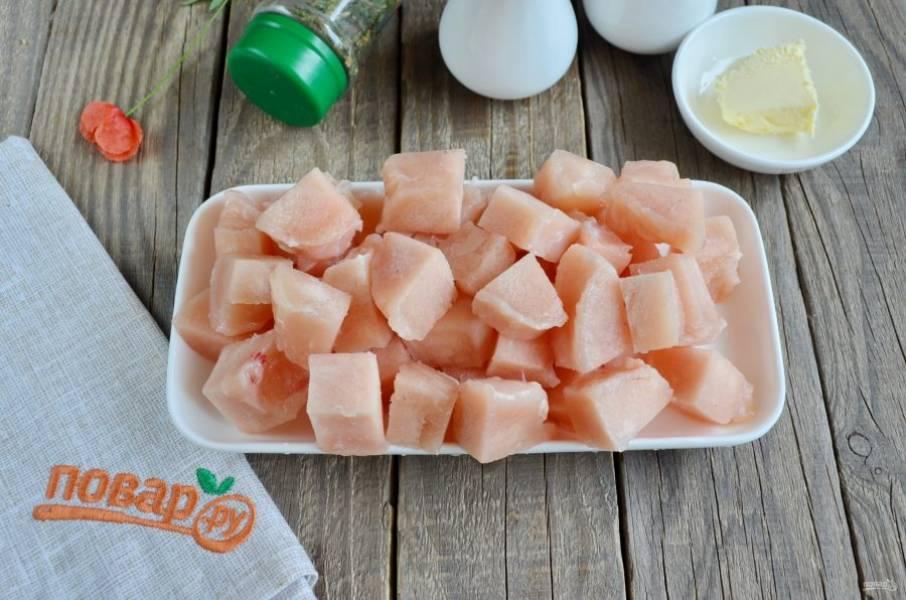 Куриное филе порежьте на небольшие кусочки. Поместите его в кипящую воду и варите 10 минут.