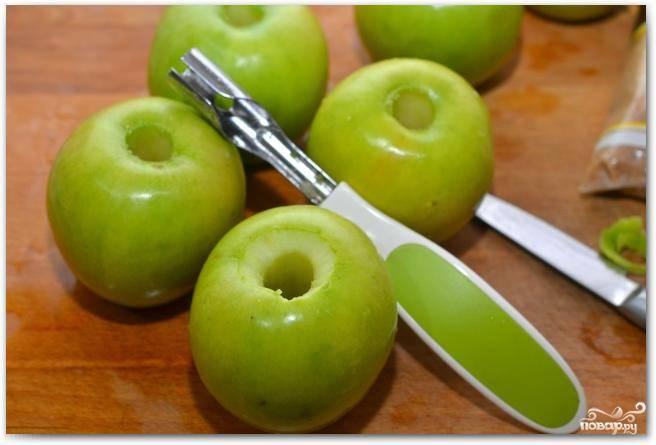 Для начала хорошенько вымоем яблоки и вырежем из них сердцевины. Каждое яблоко слегка наколоть с каждой стороны, чтобы кожица не лопнула при запекании.