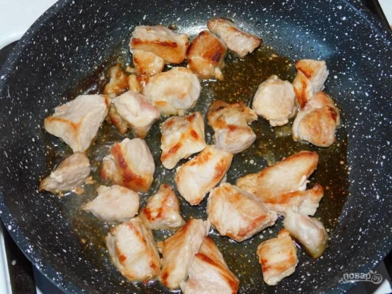Мясо нарежьте на кусочки и обжарьте пару минут.