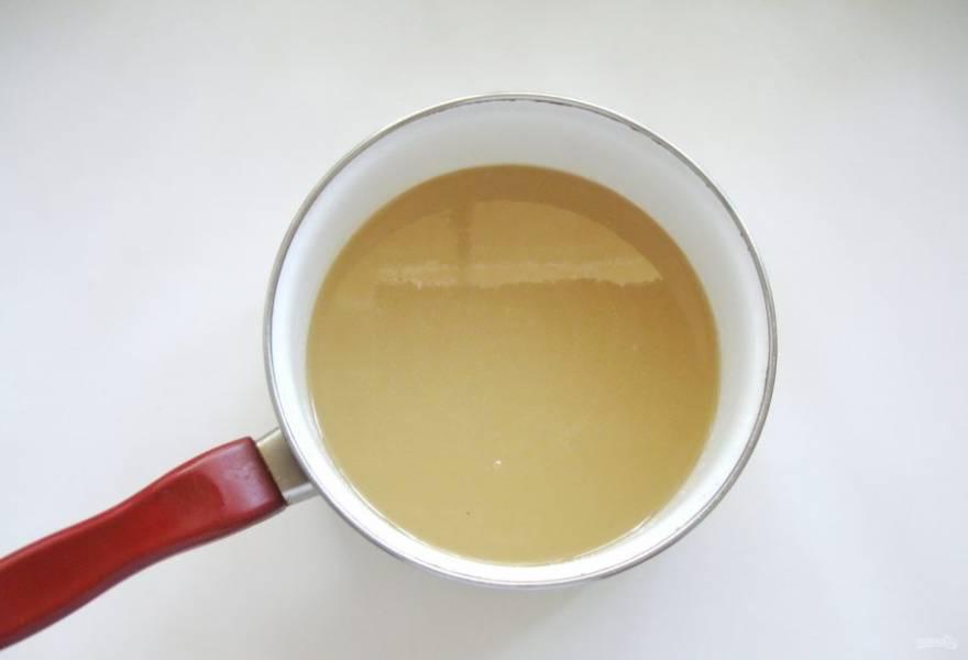 Сварите сироп. Для этого половину сахара выложите в кастрюлю и налейте воду. Поставьте на огонь. Постепенно растворите сахар в воде. Затем добавьте вторую половину сахара. Продолжайте варить сироп на небольшом огне, пока сахар полностью не растворится.