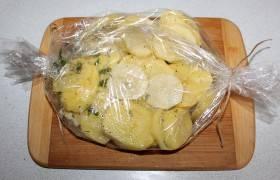 Картофель помещаем в рукав.