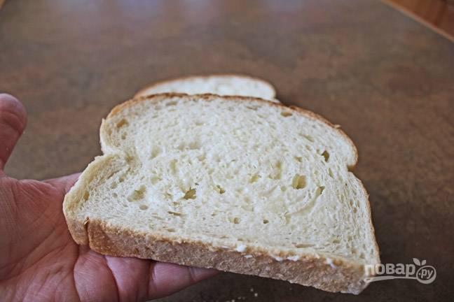 1. Ломтик хлеба по желанию смажьте сливочным маслом или любимым соусом. Выложите на сухую сковороду и поставьте на огонь.