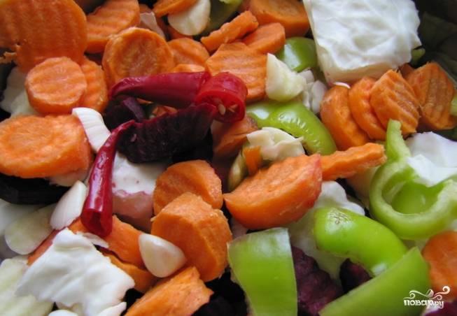 1. Возьмите необходимые овощи, постарайтесь их порезать очень мелко и красиво, капусту нарезайте шашечками.