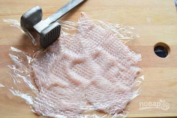 3. Затем филе отбейте молоточком, накрыв его пищевой плёнкой. Потом присолите.