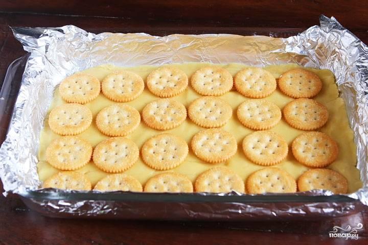 1. Яйца взбиваем с сахаром, добавляем муку. Выливаем в форму, запекаем, пока тесто не будет готовым. Теперь сверху выкладываем печенье.