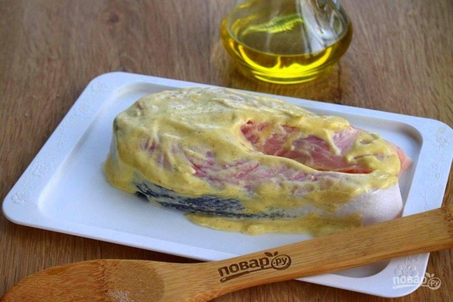 Майонез соедините с оливковым маслом, лимонным соком, специями, солью и перцем по вкусу.  Перемешайте и намажьте по верху стейка.