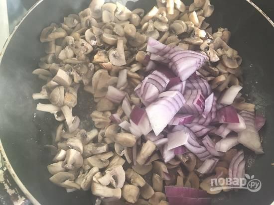 5. Как только жидкость выпарится, добавляем в грибы порезанный лук и растительное масло. Обжариваем до мягкости лука. Добавляем соль и перец по вкусу.