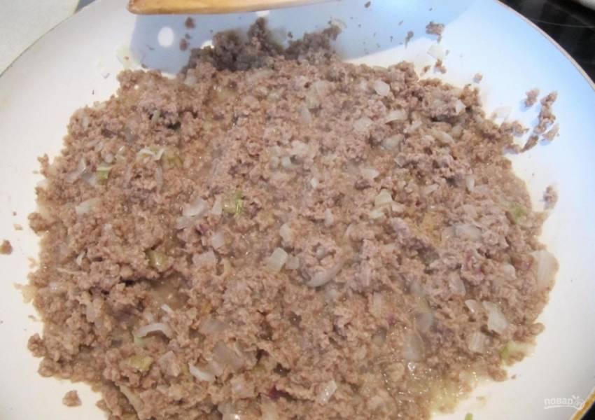 5.Добавляю к луку измельченное мясо, перемешиваю.