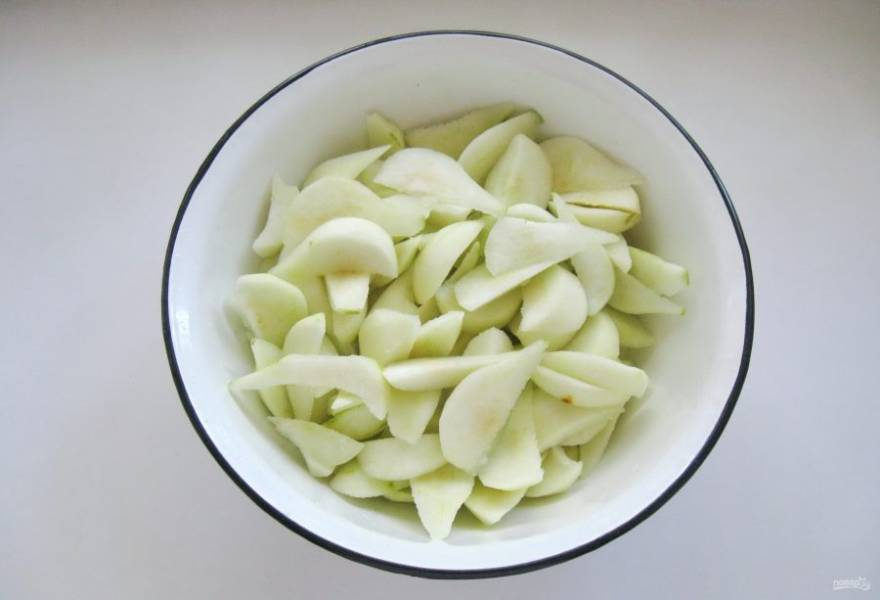 Удалите у груш сердцевину и нарежьте дольками, но не очень тонкими. Чистый вес у меня составил 1 кг 300 грамм.