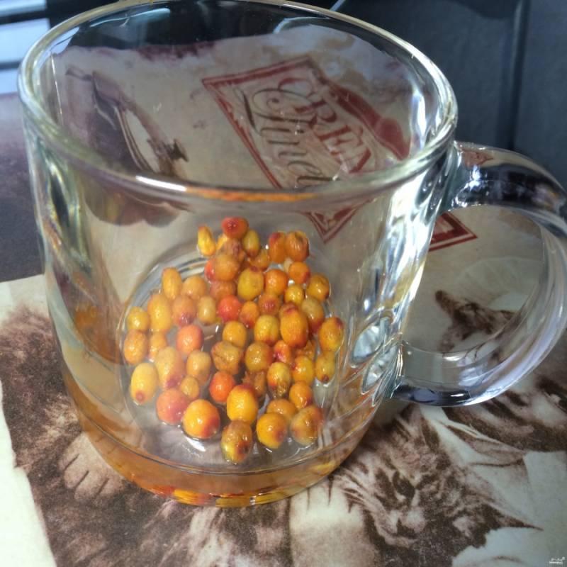 Ягоды переберите, хорошо промойте и высушите. Выложите их в чашку.