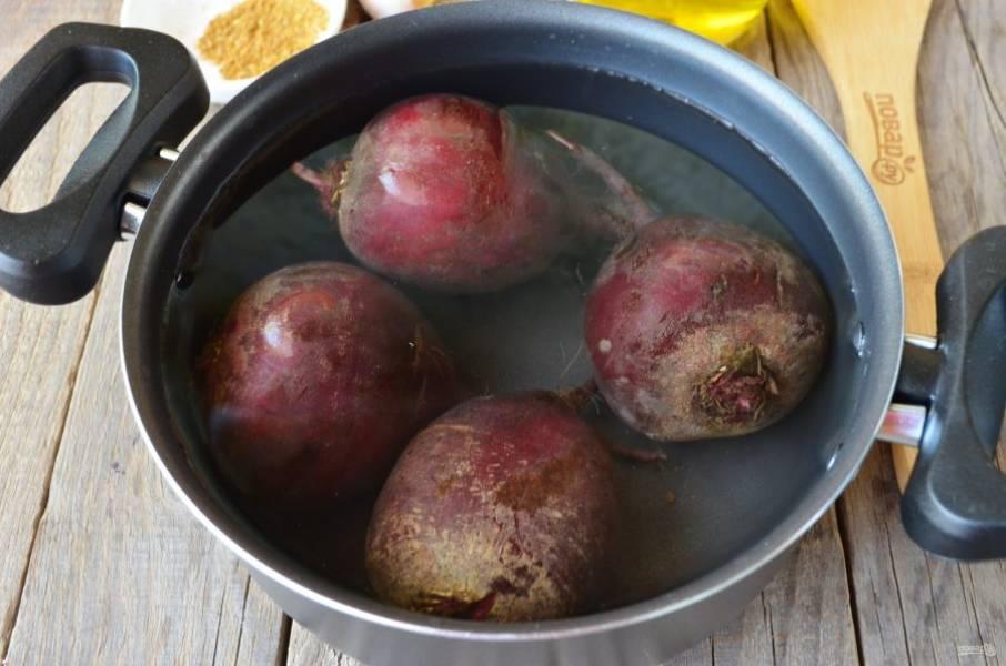 Вымойте тщательно со щеточкой свеклу. Залейте ее холодной водой и доведите до кипения. Варите 15 минут. Слейте кипяток, залете холодной водой и остудите овощи.