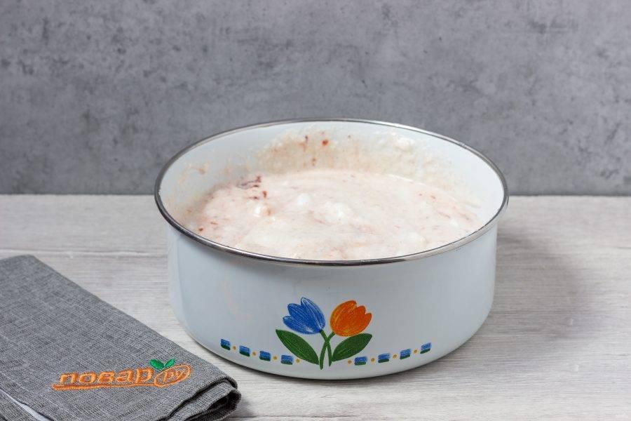 Лопаткой аккуратно размешайте белки с желтками, затем добавьте варенье.