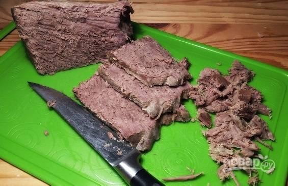 Нарезаем небольшими кусочками отварную говядину.