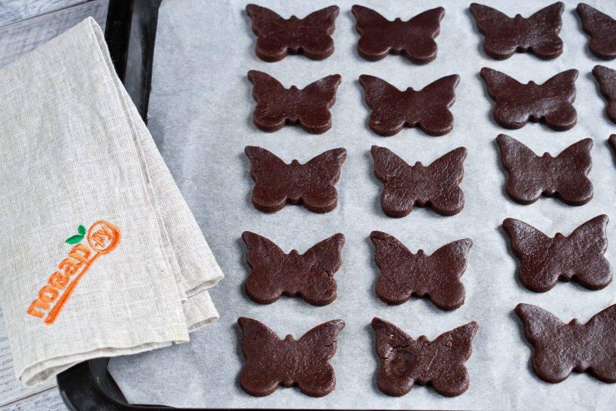 Поставьте печенье выпекаться в разогретую до 180ºС (360ºF) духовку на 12-15 минут.