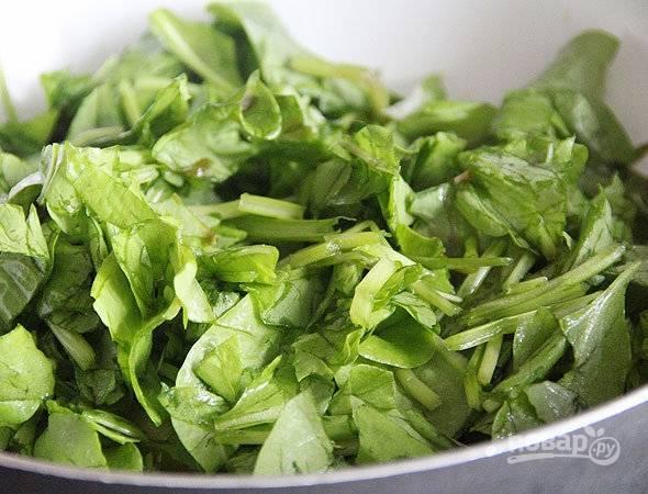 Щавель вымойте и нарежьте. Положите его в сотейник к овощам, залейте бульоном или водой, доведите жидкость до кипения и варите все пять минут на среднем огне.