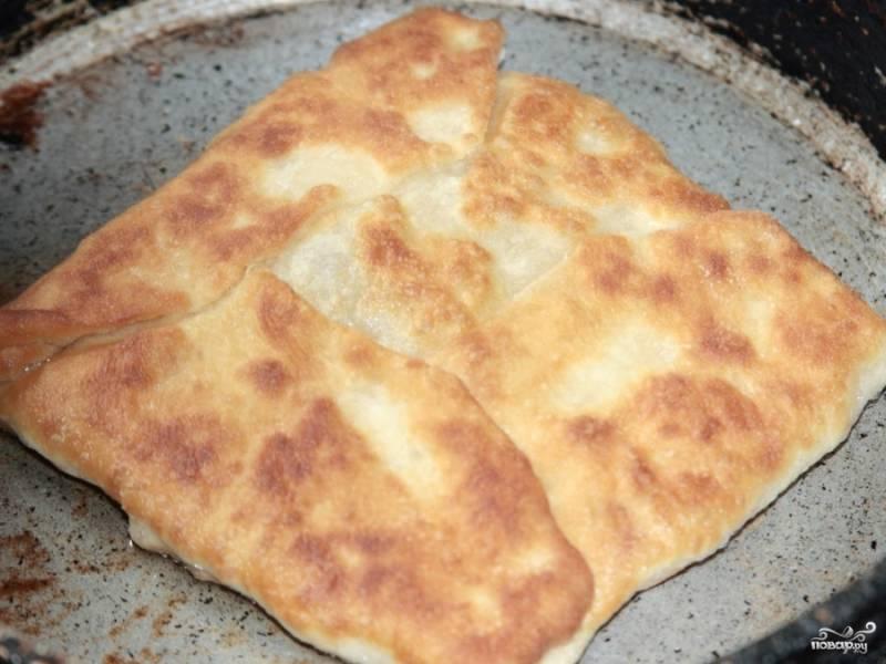 Затем каждый пирожок обжариваем в небольшом количестве масла на сильно раскаленной сковородке. Каждую сторону обжариваем по 5 минут.