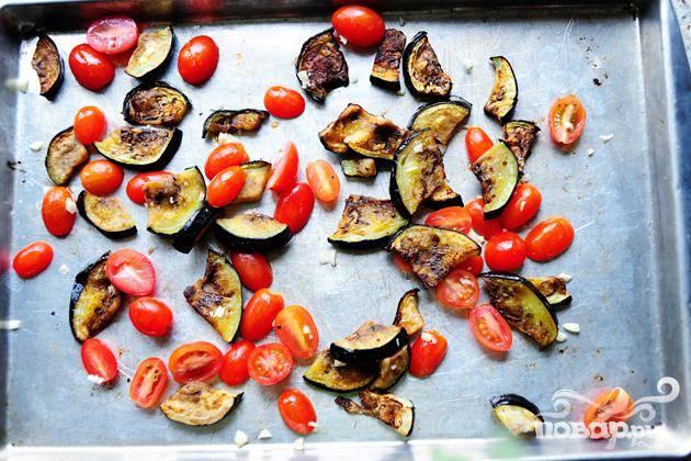 Добавить помидоры с чесноком. Вернуть пан в духовку еще на 3 минуты.