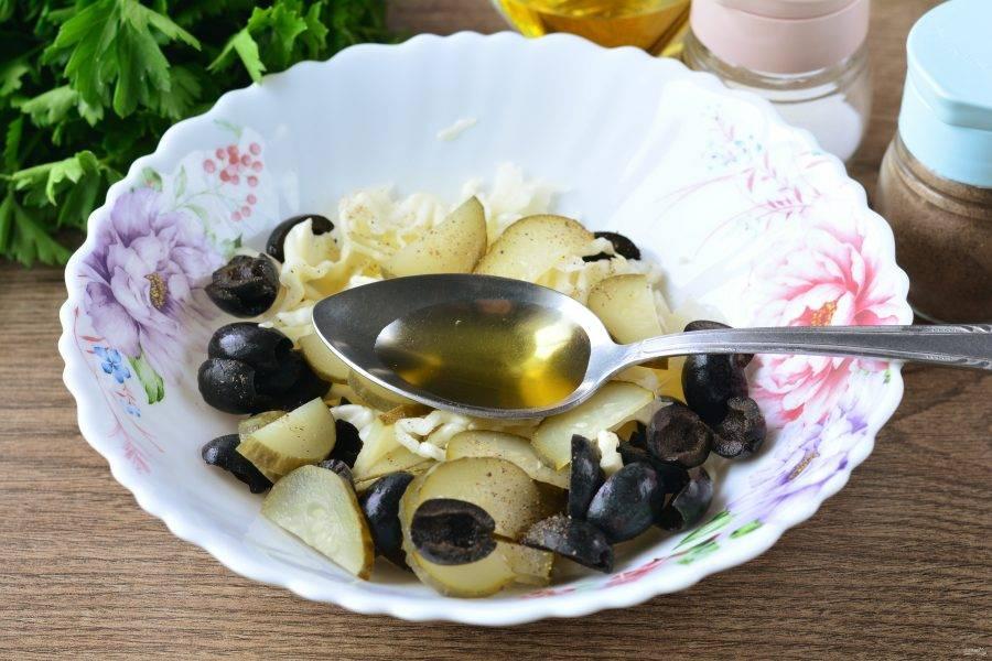 Полейте салат маслом, добавьте соль и перец по вкусу, еще раз перемешайте.