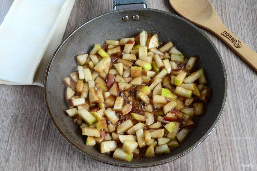 Когда яблоки карамелизируются, снимайте сковороду с огня.