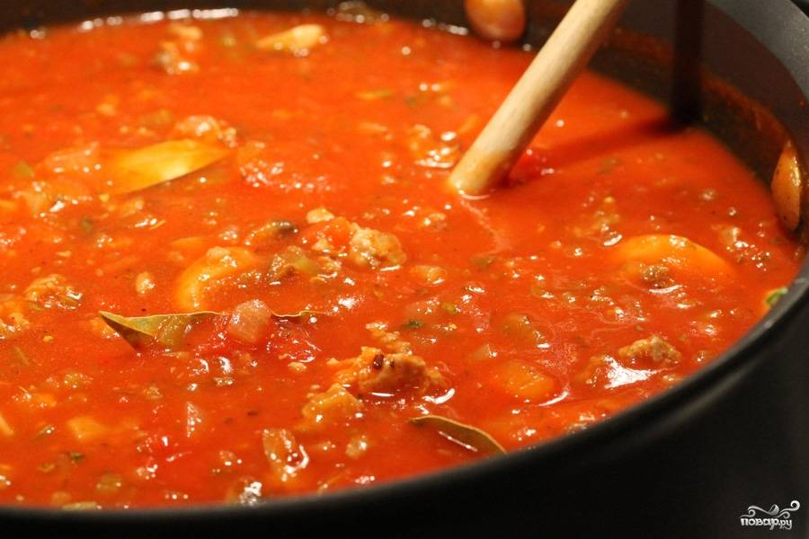 Все перемешиваем и оставляем блюдо увариваться на медленном огне в течение 3 часов. Каждые 30 минут блюдо следует помешивать.