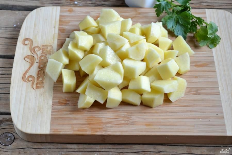 Картофель мелко порежьте и добавьте в суп, варите 30 минут, чтобы картофель хорошо раскипелся.