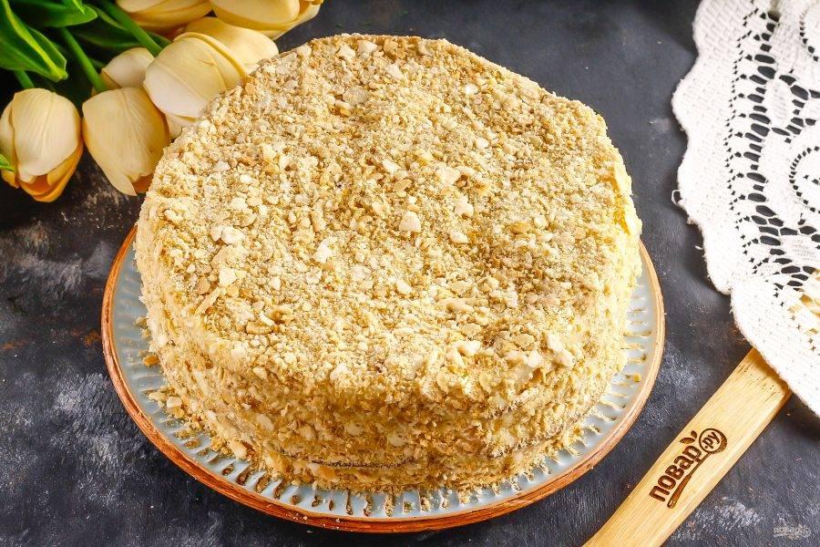 Сформируйте весь торт, затем обмажьте его бока и присыпьте сверху крошкой. Поместите в холодильник на ночь.