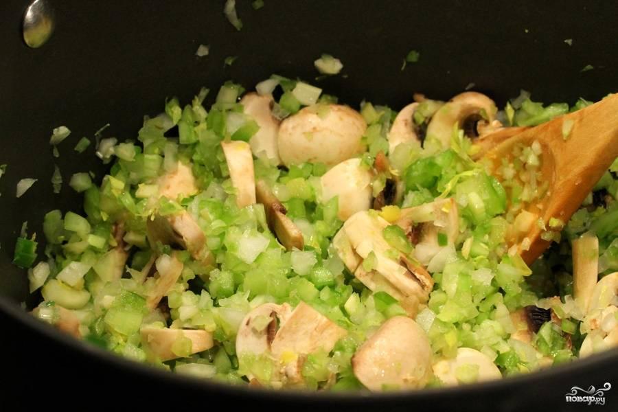 Затем в глубокой сковородке или кастрюльке обжариваем нарезанные овощи на среднем огне около 10 минут, постоянно перемешивая.