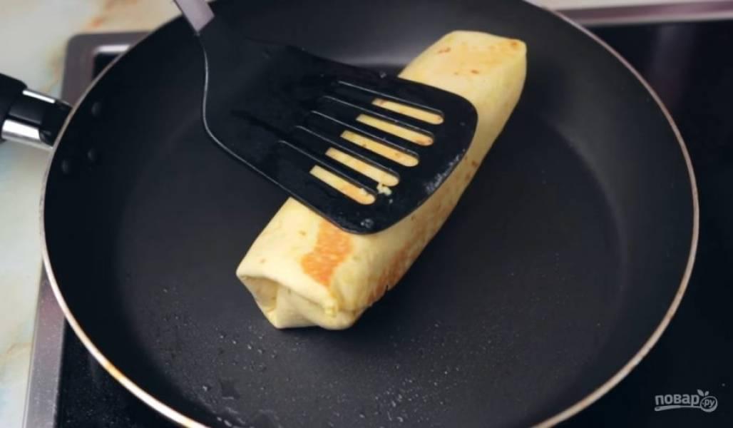 4. Заверните тортилью конвертом и обжарьте на сковороде, смазанной растительным маслом, чтобы сыр расплавился, а края тортильи скрепились. Приятного аппетита!
