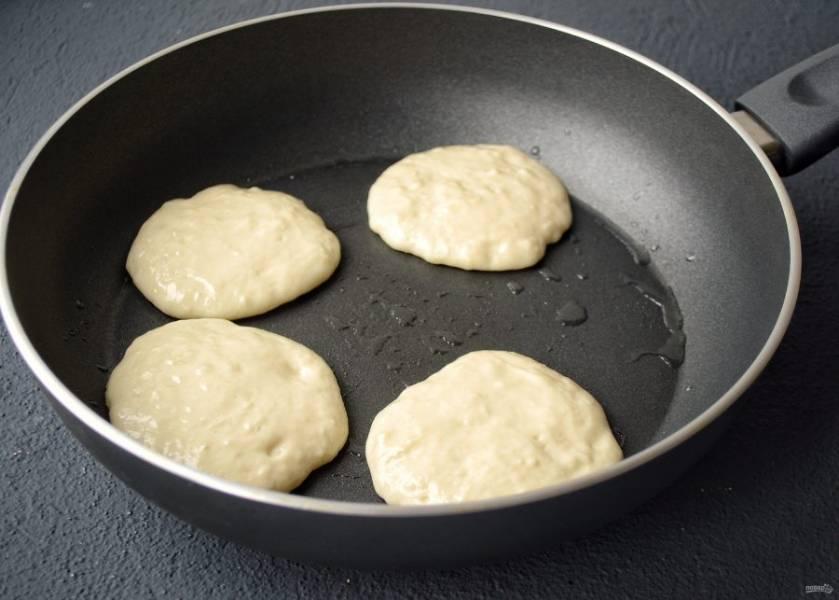 Разогрейте сковороду на среднем огне. Жарьте оладьи в небольшом количестве масла 3-4 минуты.