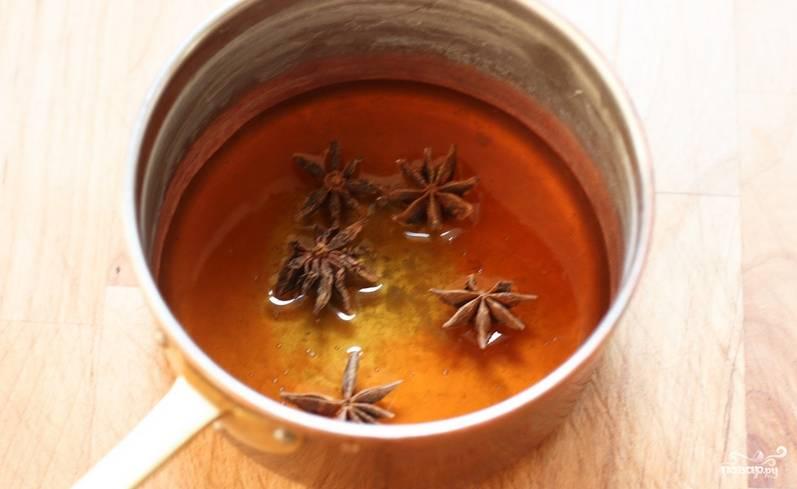 Вскипятите в сотейнике мед с анисом, примерно 7 минут.