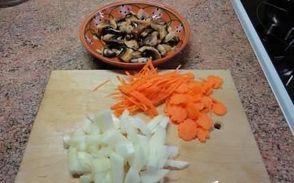 Лук, грибы и морковь мелко нарезаем.