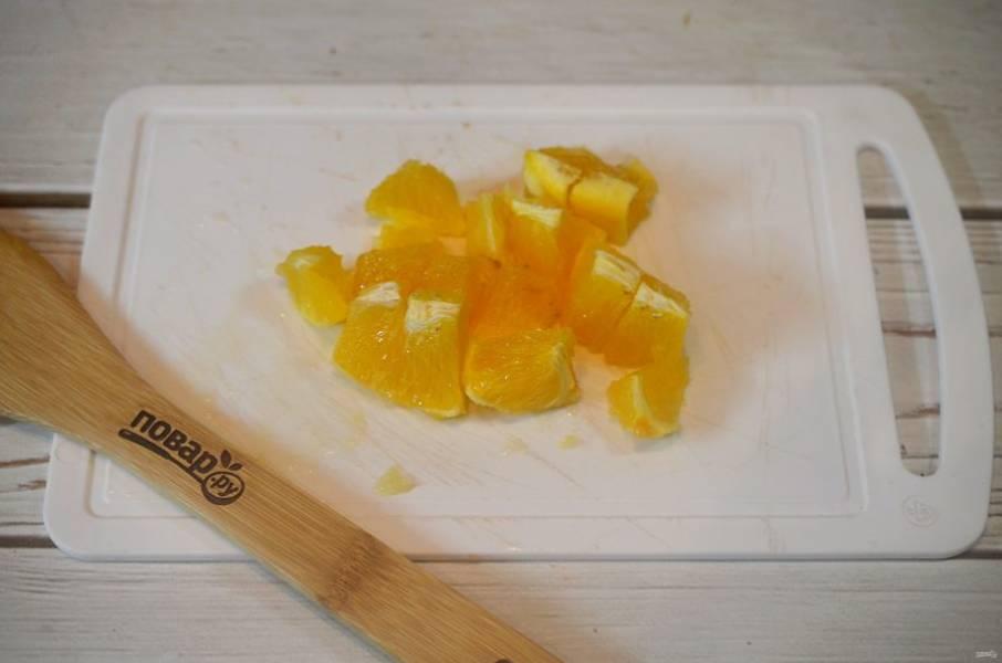 5. Апельсин почистите и нарежьте кубиком.