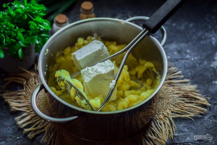 Добавьте в картофель творог, снова все тщательно перетрите. Добавьте щепотку соли.