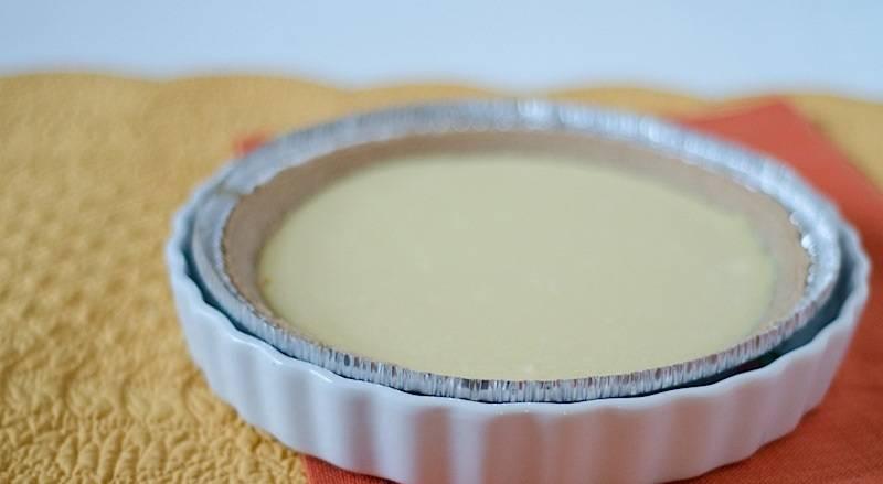 4. Поместите пирог в еще одну жаропрочную форму. Влейте туда горячую воду и отправьте (очень осторожно!) в духовку. Запекайте творожный пирог с клюквой в домашних условиях около 20-30 минут. Затем огонь выключите, приоткройте дверцу духовки и дайте пирогу остыть (примерно 1 час).