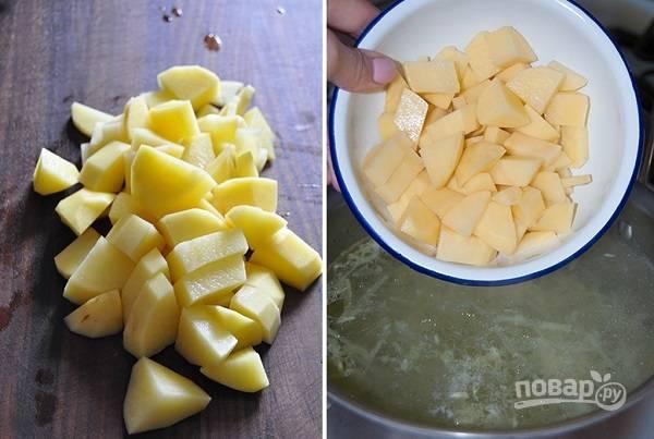 3. Бульон при желании процедите. Подсолите по вкусу и выложите нарезанный кубиками картофель. Варите около 10-12 минут.