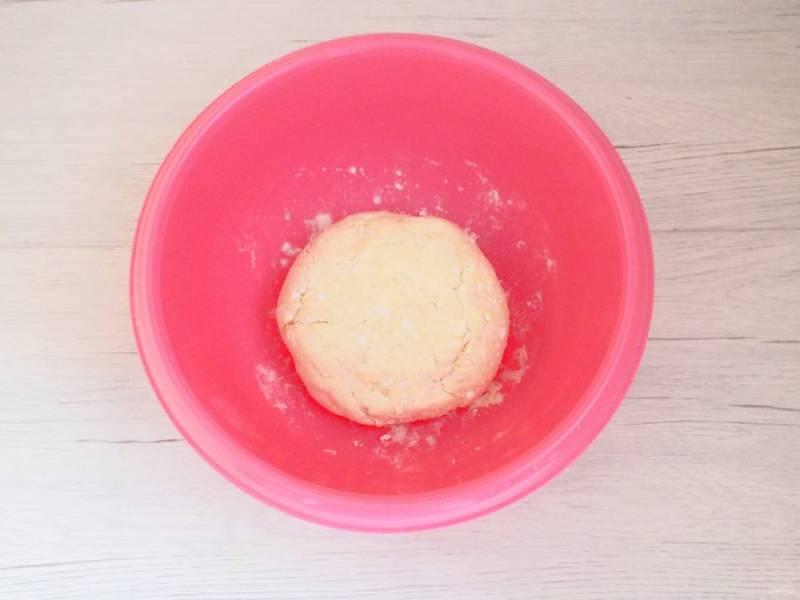 Замесите мягкое, слегка липнущее к рукам тесто. Накройте полотенцем и уберите в холодильник на 2 часа.