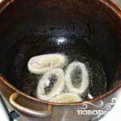 5.В сковороду с толстым дном добавим масло и нагреем до умеренной температуры. В кляр обмакиваем каждый кусочек кальмара, до золотистого цвета обжариваем.