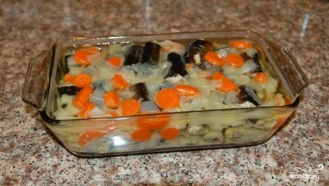После того, как угорь сварен, остужаем его и перекладываем в блюдо, на котором будем подавать угря на стол. Если вам не нравится вкус вареного лука и моркови, вы можете процедить бульон и выбросить ненужные овощи. Лавровый лист и перец выбрасывайте. Теперь ставим наше блюдо в холодильник для застывания.