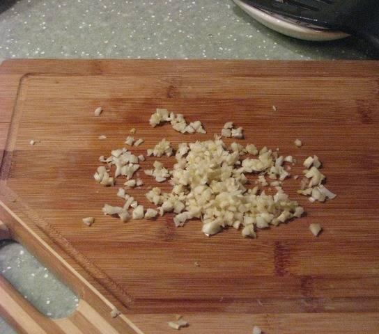 7. В конце добавляем чеснок и зелень, которые усилят вкус блюда.
