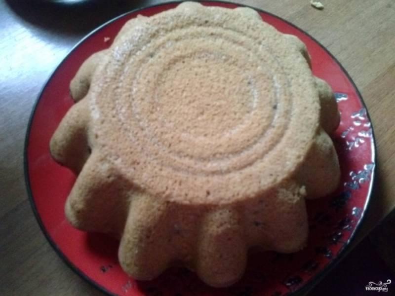 3. Когда наш кекс без молока будет готов, достаем его из духовки, даем ему постоять около получаса. За это время он остынет и его можно будет легко извлечь из формы.