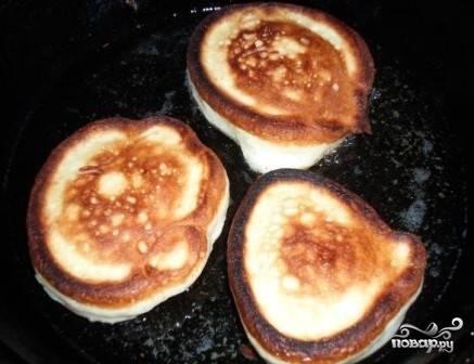 Нагреваем сковороду с растительным маслом, ложкой выкладываем тесто, формируя оладьи. Обжариваем на огне чуть больше среднего с обеих сторон.