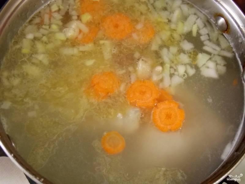А пока снова вернитесь к бульону: добавьте овощи в суп, посолите, прикройте крышкой, продолжайте варить на среднем огне.