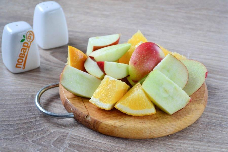 Порежьте среднего размера кусками апельсин и яблоки. Кожуру я не снимаю, но можно и снять - это по желанию.