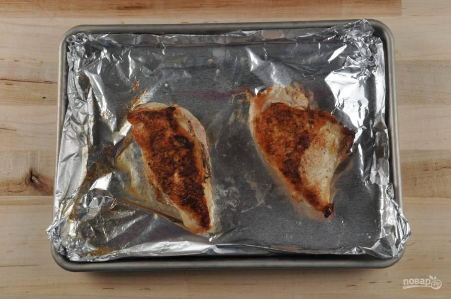 2. Грудку натрите солью и перцем. Обжарьте его с 1 ч. ложкой масла в течение 3-х минут на одной стороне и ещё 2-х минут на другой. Потом переложите курицу на противень с фольгой. Запекайте её в таком виде 20 минут в духовке при 200 градусах.