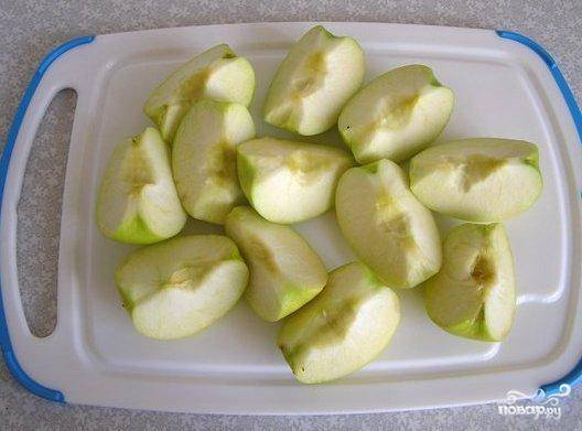Яблоки хорошенько помыть, удалить плодоножки, сердцевину и порезать на четвертинки.