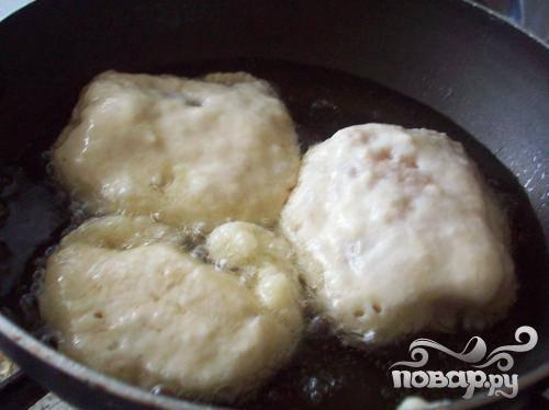 4.Обмакиваем замаринованные кусочки рыбы в кляр, затем выложим на хорошо разогретую сковороду с растительным маслом.