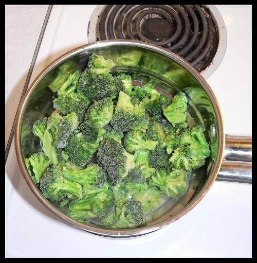 Для начала приготовить брокколи. Для этого замороженные овощи отварить на медленном огне до готовности. Варить не более 15 минут пока брокколи не станет мягким.